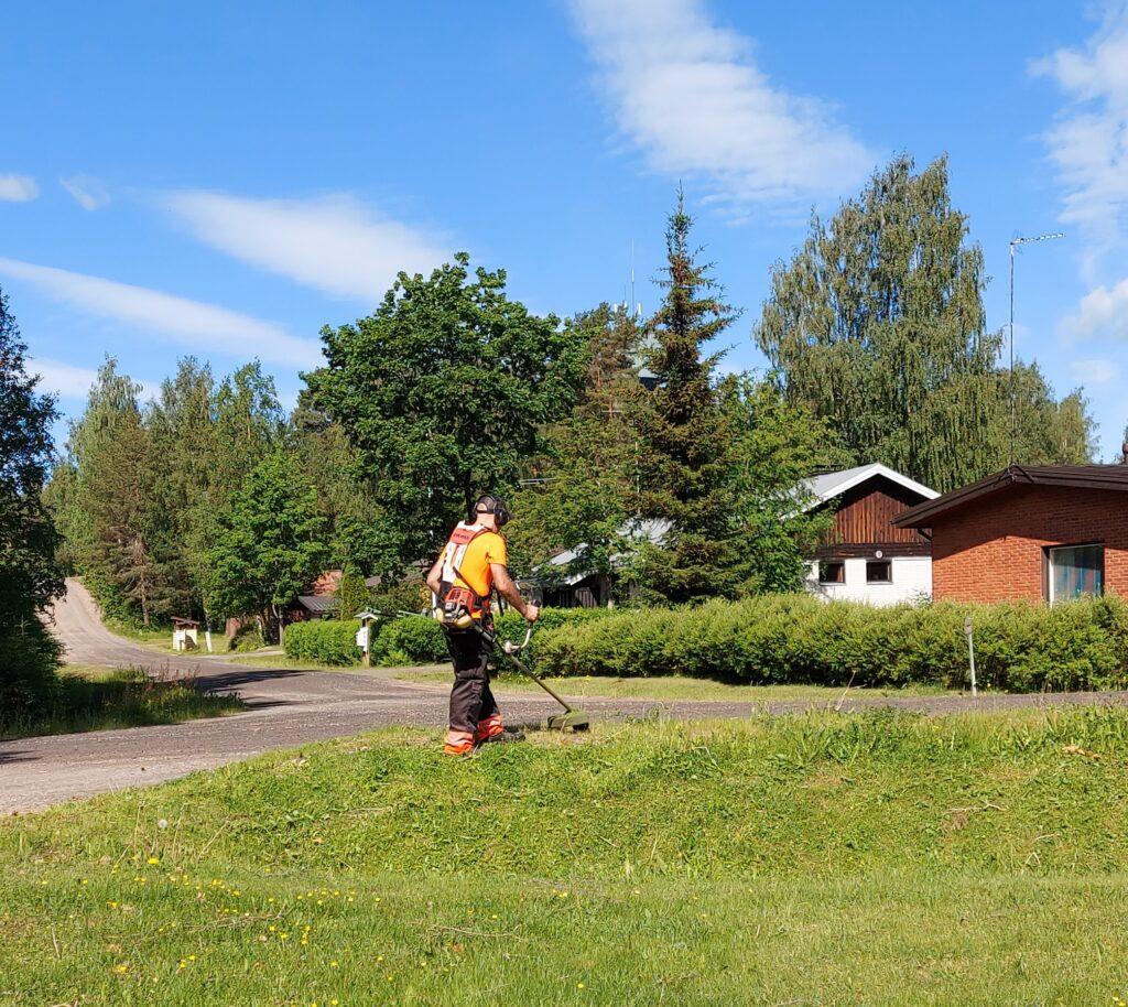 kesätöitä ja nurmikoiden leikkausta: tienpenkkojen siistiminen